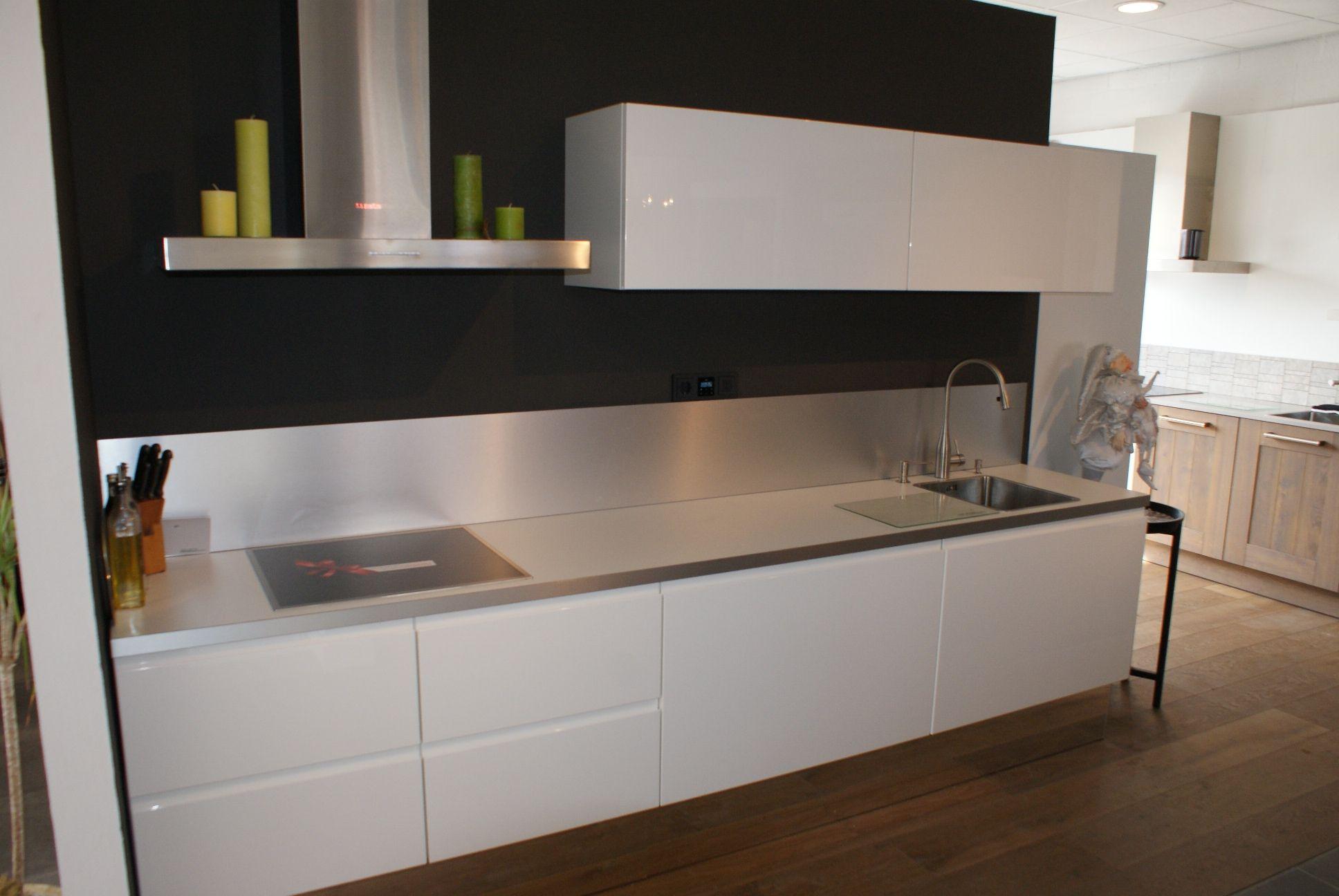 Witte keuken met granieten blad een greeploze keuken met hoogglans witte fronten en composiet - Keuken met granieten werkblad ...